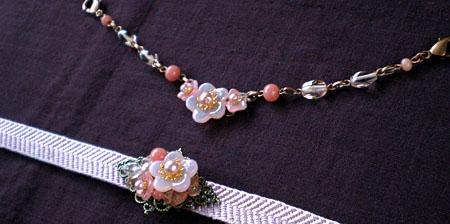 桃の花の帯留ライトとお揃いの桃の花の羽織紐