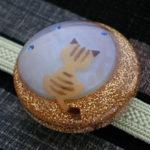 月夜猫の帯留 茶トラオパール