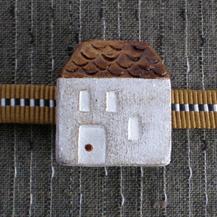 台形屋根の家の帯留