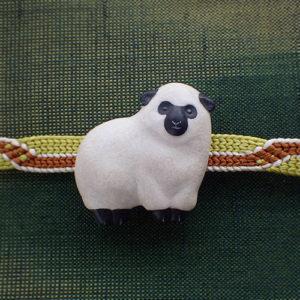 もこもこ羊の帯留め 黒 正面