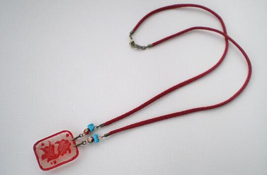 レリーフ金魚のペンダント(赤 薄い目)全体