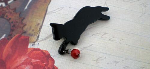 黒猫がじゃれるブローチ