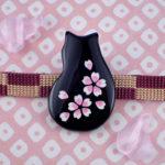 猫桜の帯留め 黒 正面