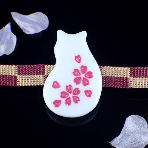 猫桜の帯留め 白 正面