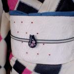 猫桜の帯留め 黒 着画