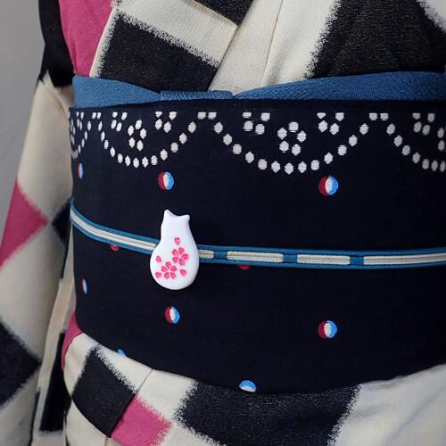 猫桜の帯留め 白 着画