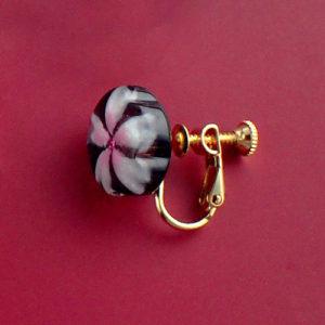 おぼろ桜のシンプルイヤリング 黒