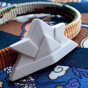 折り紙の兜の帯留め 斜め向き