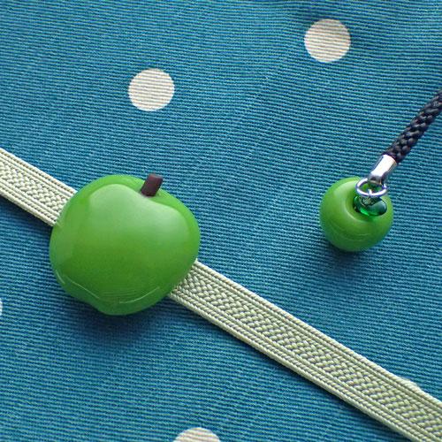 青りんご帯留めと根付のセット斜めから