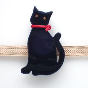 黒猫帯留めこっち向き難 正面白背景
