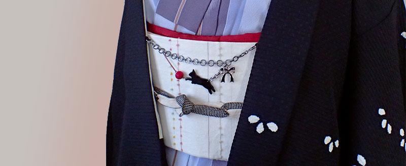 黒猫がじゃれる羽織紐 着画横長